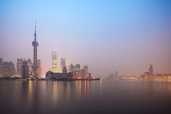 Horizon de Changhaï dans l'aube Image stock