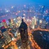 Horizon de Changhaï la nuit Photos stock