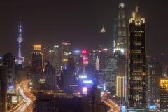 Horizon de Changhaï la nuit avec la tour de Changhaï et place financière du monde de Changhaï sur le fond Photos stock