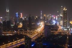 Horizon de Changhaï la nuit avec la tour de Changhaï et place financière du monde de Changhaï sur le fond Photo stock