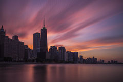Horizon de Chicago au coucher du soleil Images stock