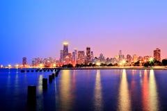 Horizon de Chicago au coucher du soleil dans des couleurs épiques Photo libre de droits
