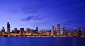Horizon de Chicago au crépuscule photos libres de droits