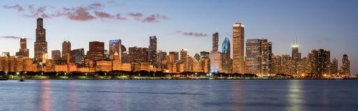 Horizon de Chicago au crépuscule photo stock