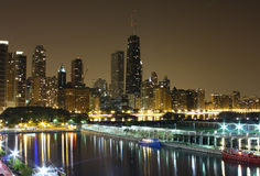 Horizon de Chicago de nuit Photographie stock libre de droits