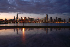 Horizon de Chicago de nuit Photo stock
