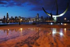 Horizon de Chicago de nuit Images libres de droits