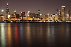 Horizon de Chicago la nuit Photographie stock