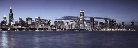 Horizon de Chicago la nuit images libres de droits