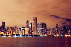 Horizon de Chicago la nuit Images stock