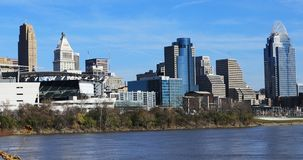 Horizon de Cincinnati à travers la rivière Ohio 4K