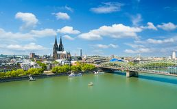 Horizon de Cologne avec les DOM de cathédrale images stock