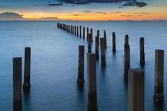 Horizon de coucher du soleil au-dessus de port maritime d'abandon Photos libres de droits