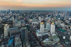 Horizon de coucher du soleil au-dessus des affaires centrales de ville de Bangkok du centre Images libres de droits