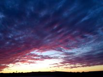 Horizon de coucher du soleil de pourpre et bleu-foncé foncés photographie stock libre de droits
