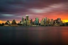 Horizon de coucher du soleil de Sydney du centre avec le théatre de l'opéra, NSW, Australie Photographie stock