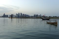 Horizon de coucher du soleil de Doha image stock