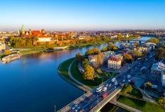 Horizon de Cracovie, Pologne, avec le château de Zamek Wawel et le fleuve Vistule Photos libres de droits