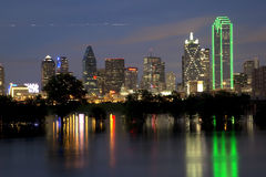 Horizon de Dallas de ville la nuit Photographie stock