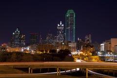 Horizon de Dallas la nuit photographie stock libre de droits