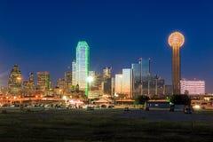 Horizon de Dallas reflété en rivière Trinity au coucher du soleil image stock