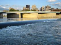 Horizon de Dayton, Ohio avec le fleuve et le barrage photographie stock libre de droits