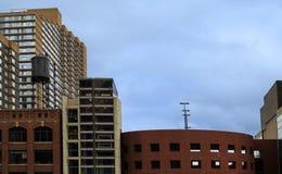 Horizon de Detroit avec les bâtiments modernes et de vintage Image libre de droits