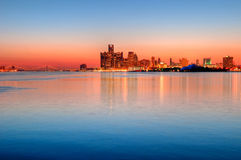 Horizon de Detroit, Michigan la nuit Images libres de droits