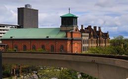 Horizon de Detroit pendant le vintage de jour et les nouveaux bâtiments Photographie stock libre de droits
