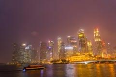 Horizon de district des affaires de Singapour après ensemble du soleil Image stock