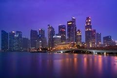 Horizon de district des affaires de Singapour après ensemble du soleil Photographie stock libre de droits