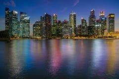 Horizon de district des affaires de Singapour après ensemble du soleil Photographie stock