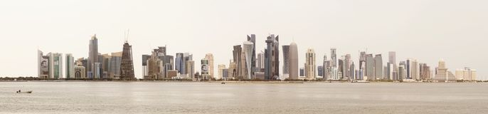 Horizon de Doha contre un ciel blanc photo stock