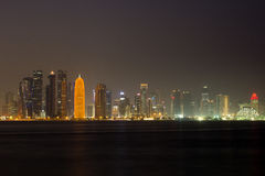 Horizon de Doha la nuit Photo libre de droits