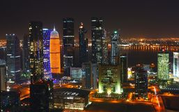 Horizon de Doha la nuit d'en haut Photo stock