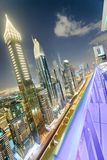 Horizon de Downrtown le long de Sheikh Zayed Road la nuit, Dubaï Image stock