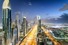 Horizon de Downrtown le long de Sheikh Zayed Road la nuit, Dubaï Photographie stock