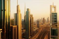 Horizon de Dubaï au lever de soleil Photos stock