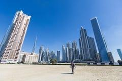 Horizon de Dubaï avec les gratte-ciel résidentiels et le Burj Khalifa, EAU photo libre de droits