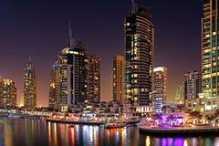 Horizon de Dubaï dans les lumières photographie stock libre de droits