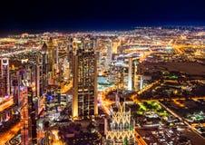 Horizon de Dubaï dans les lumières photo stock