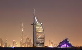 Horizon de Dubaï la nuit Photographie stock