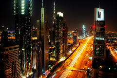 Horizon de Dubaï la nuit Images stock