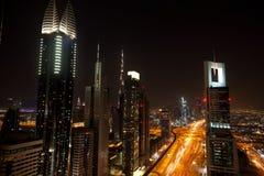 Horizon de Dubaï la nuit Photos stock