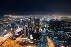 Horizon de Dubaï la nuit photographie stock libre de droits