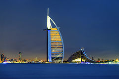 Horizon de Dubaï par nuit Image stock