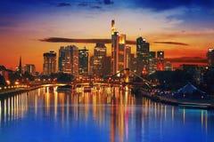Horizon de Francfort au coucher du soleil en Allemagne images libres de droits