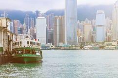 Horizon de Hong Kong avec des bateaux Photos stock