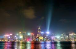 Horizon de Hong Kong la nuit avec une exposition de lumière laser La Chine Photographie stock libre de droits