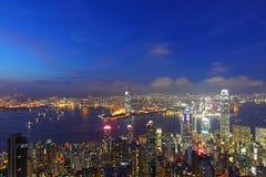 Horizon de Hong Kong la nuit, vue de la crête Images stock